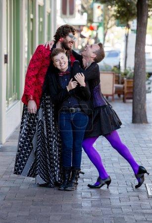 Photo pour Attrayant genre fluide trio de jeunes amis - image libre de droit