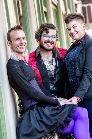 Photo pour Sourire genre fluide trio de jeunes amis - image libre de droit