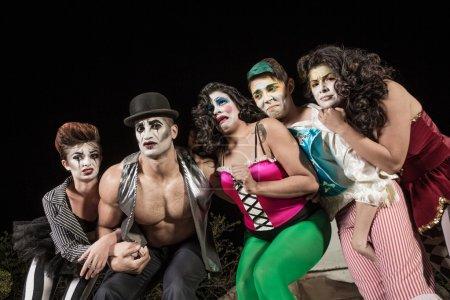 Photo pour Groupe de clowns de cirque en pleurs sur scène - image libre de droit
