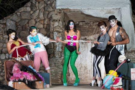 Photo pour Bizarre comedia del arte performers attachés à la corde - image libre de droit