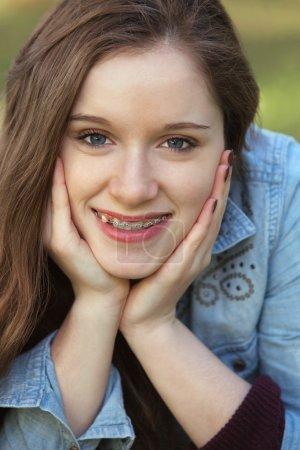 Photo pour Gros plan de jolie jeune femme avec les mains sur les joues - image libre de droit