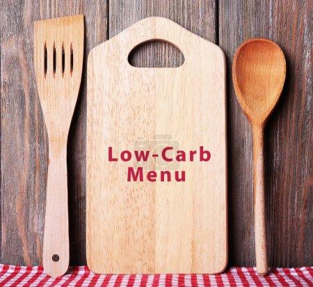 Photo pour Planche avec texte Menu Low-Carb sur fond de planches en bois à découper - image libre de droit