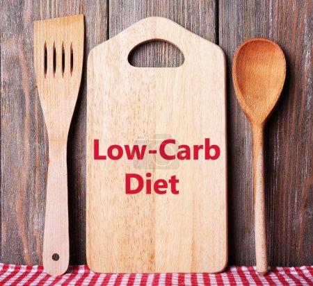 Photo pour Texte Low-Carb Diet sur planche à découper sur planches de bois fond - image libre de droit
