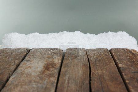Photo pour Vieilles planches de bois avec neige sur fond gris - image libre de droit