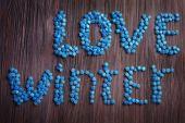 Láska zimní nápis s bonbóny