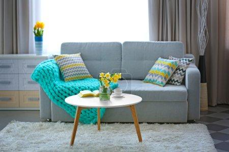 Photo pour Narcisse jaune sur table blanche à l'intérieur de la chambre - image libre de droit