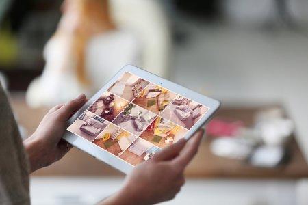 Photo pour Caméras de surveillance femme Live Visualisez sur l'écran de comprimés. Concept de système de sécurité à la maison - image libre de droit