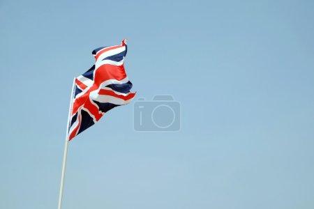 Photo pour Drapeau de la Grande-Bretagne sur fond de ciel bleu - image libre de droit