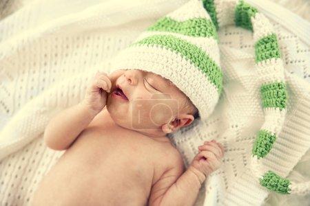 Photo pour Petite fille nouveau-née, 7 jours, allongé sur une couverture douce - image libre de droit