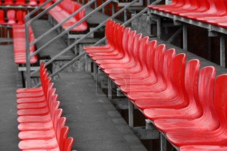 Photo pour Vue des sièges du stade rouge - image libre de droit