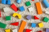 Sada barevných dřevěných stavebních bloků