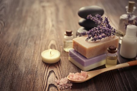 Photo pour Composition de spa avec lavande, savon et huile sur fond en bois - image libre de droit
