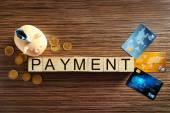 Kostky s aplikací word platby, mince a platební karty