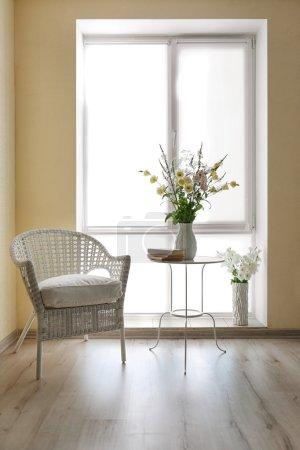 Photo pour Beaux bouquets de fleurs à l'intérieur moderne - image libre de droit