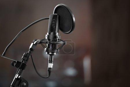 Photo pour Microphone en studio d'enregistrement en arrière-plan - image libre de droit