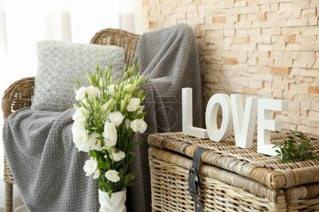 Photo pour Intérieur décoré avec bouquet de fleurs dans un vase - image libre de droit