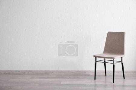 Photo pour Chaise grise dans la pièce lumineuse intérieure - image libre de droit