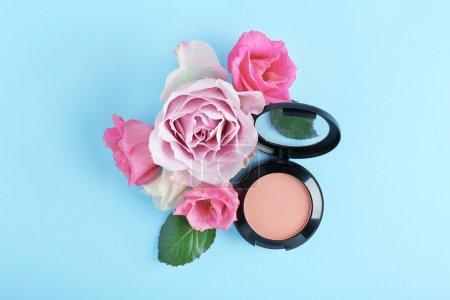 Photo pour Rougeur ouvert et fleurs sur fond bleu - image libre de droit