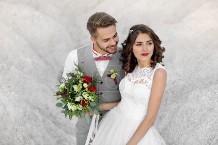 Photo pour Mariée et marié le jour de leur mariage à l'extérieur - image libre de droit