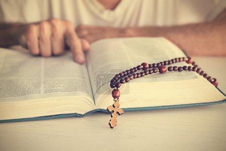 Photo pour Vieil homme lisant la Bible - image libre de droit