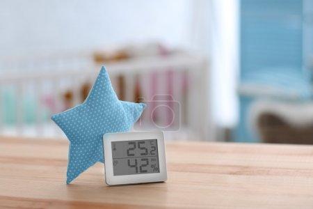 Photo pour Contrôle Digital de la température et l'humidité dans la chambre de bébé - image libre de droit