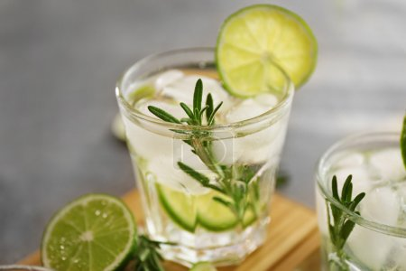 Photo pour Cocktail frais froid avec citron vert sur la table - image libre de droit