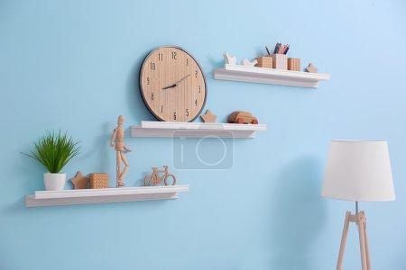 Photo pour Étagères avec décor à la maison dans une chambre moderne - image libre de droit