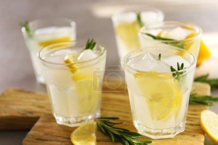 Photo pour Cocktails frais froids au citron sur planche à découper - image libre de droit