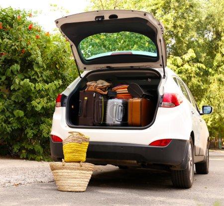 valises et sacs dans le coffre de la voiture prête à partir pour les vacances