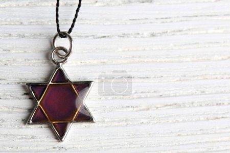 Foto de Colgante estrella david sobre fondo de madera - Imagen libre de derechos