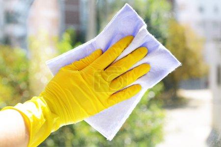 Photo pour Nettoyage des fenêtres avec chiffon spécial - image libre de droit