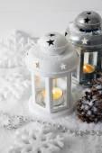 Bílý a kovových zábleskovými světly a Vánoční dekorace na světlé pozadí