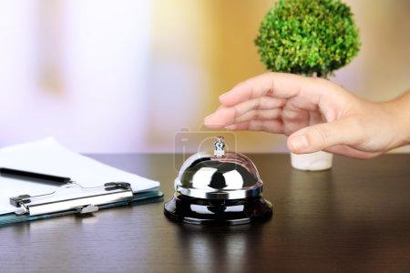 weibliche hand ring glocke