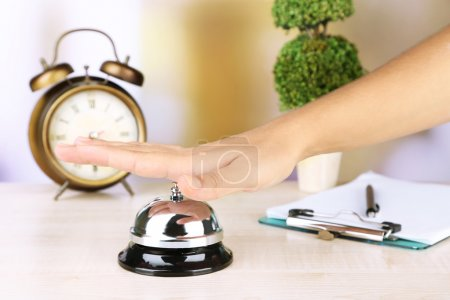 weiblich hand ring glocke auf hotel