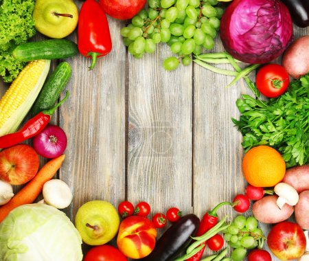 Foto de Marco de verano con verduras orgánicas frescas y frutas sobre fondo de madera - Imagen libre de derechos