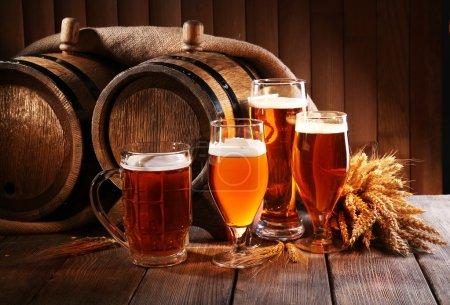 Бочка пива с пивными бокалами