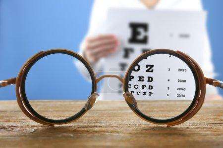 Concept de vision. Lunettes de vue sur table en bois