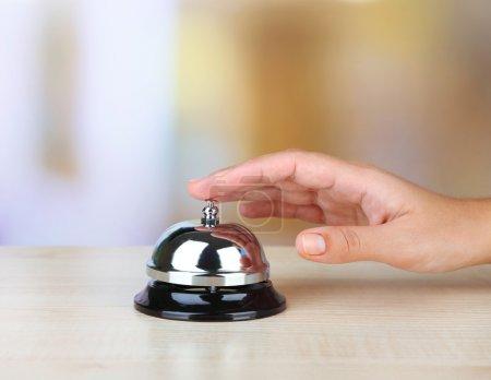hand ring glocke auf hotel empfang