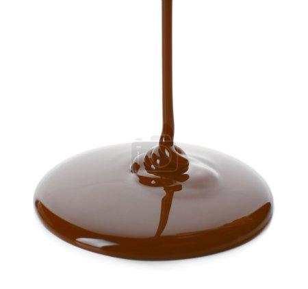 geschmolzene Schokolade fließt isoliert auf weiß