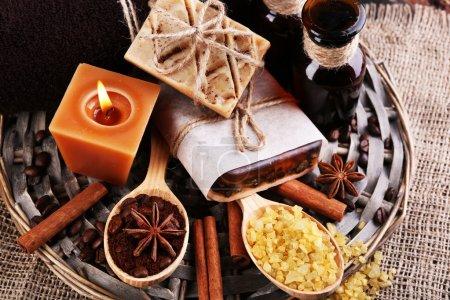 Photo pour Savon Bio avec café en grains, sel de mer et café moulu en cuillères en bois sur le rotin, sur fond en bois, concept spa café - image libre de droit