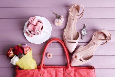 Photo pour Femmes sac de trucs sur la vue de dessus de fond en bois - image libre de droit