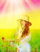 Portrét krásné mladé ženy s makovými květy v poli