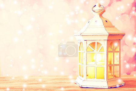 Photo pour Lanterne sur table en bois sur fond lumineux - image libre de droit