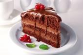 Lahodný čokoládový dort na desku stolu na světlé pozadí