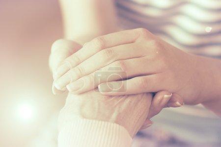 Photo pour Mains secourables, soins pour le personnes âgé concept - image libre de droit