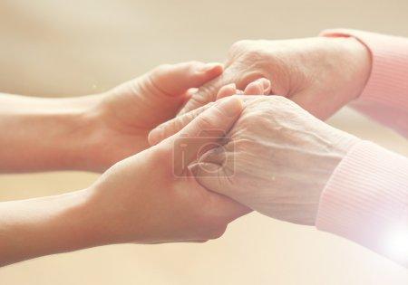 Photo pour Aider les mains, prendre soin des personnes âgées concept - image libre de droit