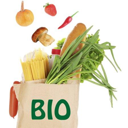 Photo pour Sac en papier avec des produits biologiques isolés sur blanc - image libre de droit