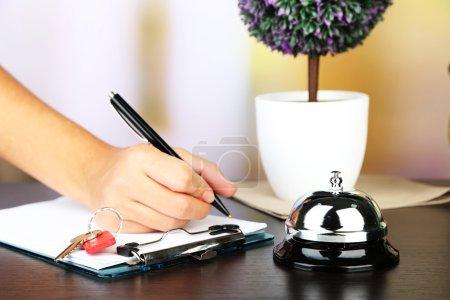 weiblich hand schrift hinein hotel gast