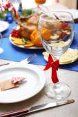 Pečené kuře na slavnostní večeři. Vánoční stůl