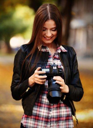 Foto de Fotos de joven fotógrafo tomar al aire libre - Imagen libre de derechos